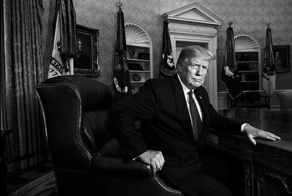 Trump-at-the-desk-in-the-oval