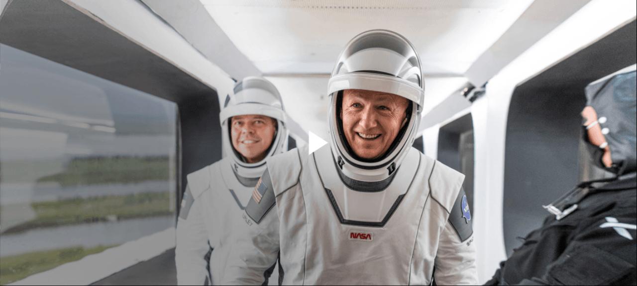 behnken-and-hurley-in-spacesuits-on-the-walkway