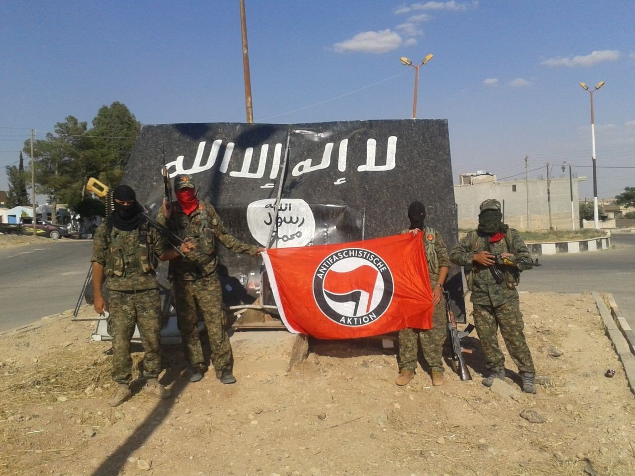 Pic-Antifa-flag-in-front-of-Jihadi-flag